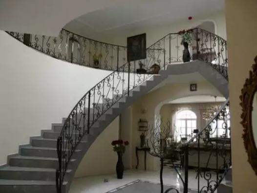 https://www.luxusingatlanok.com/index.php/component/properties/property/21TEA741-elado-barokk-stilusu-luxusvilla.html?Itemid=